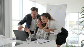 Equipe bem sucedida do negócio do negócio no escritório moderno, empregados emocionais no escritório, multi grupo étnico vídeos de arquivo
