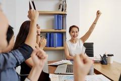 Equipe bem sucedida do negócio que trabalha no escritório fotos de stock