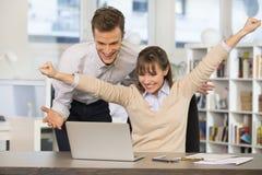Equipe bem sucedida feliz do negócio no escritório, com braços acima Imagens de Stock