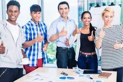 Equipe bem sucedida na reunião do lance inicial Fotos de Stock Royalty Free