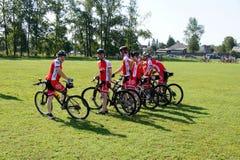 Equipe biking da montanha pronta para começar Fotografia de Stock Royalty Free