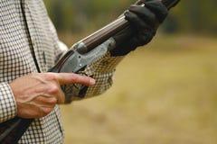 Equipe a caça com uma espingarda - trajeto de grampeamento Foto de Stock