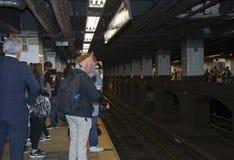 Equipe a cabeça vestindo do trem de espera do cavalo no metro de Manhattan Fotos de Stock Royalty Free