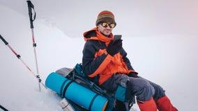 Equipe a caminhada com trouxa e sapatos de neve na montanha do inverno Fotos de Stock Royalty Free