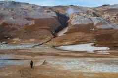 Equipe a caminhada na área geotérmica do mafjall do ¡ de Nàde Islândia do nordeste foto de stock royalty free