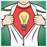 Equipe a camisa da abertura a mostrar o símbolo da lâmpada Fotos de Stock Royalty Free