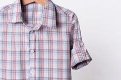Equipe a camisa de manta branca vermelha do algodão do ` s no fundo branco fotos de stock