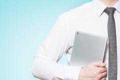 Equipe a camisa vestindo e amarre-a com PC da tabuleta Fotos de Stock Royalty Free