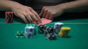 Equipe cartões de verificação e levantamento, blefando durante o competiam do pôquer, possibilidade ganhar filme