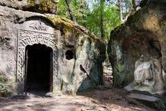 Equipe a caverna feita Klacelka perto de Libechov, República Checa do arenito Fotos de Stock