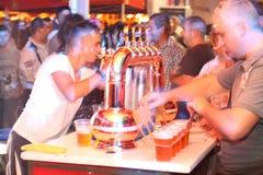 Equipe a cerveja do serviço em CibinFest, festival da cerveja Foto de Stock