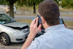 Equipe a chamada do auxílio do seguro do mecânico de carro após o acidente de trânsito Fotos de Stock Royalty Free
