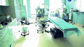 Equipe cirúrgica que prepara-se para a cirurgia na sala de operações do hospital filme