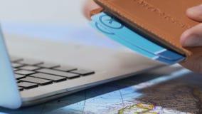 Equipe a colocação de bilhetes de ar no passaporte, no registro fácil e no serviço da entrega a domicílio vídeos de arquivo