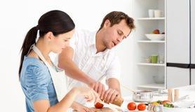 Equipe a colocação do sal e da pimenta com sua esposa fotos de stock royalty free