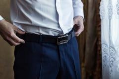 Equipe a colocação sobre uma correia, homem de negócios, político, estilo do ` s do homem, mal Imagem de Stock Royalty Free