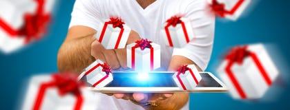 Equipe a comemoração do Natal que guarda o presente em sua mão Fotografia de Stock