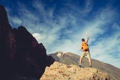 Equipe a comemoração do sucesso nas montanhas, braços estendido fotografia de stock