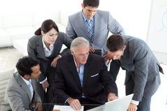 Equipe concentrada do negócio que trabalha em um computador imagens de stock royalty free