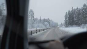 Equipe a condução de um carro através da estrada do inverno filme