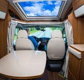 Equipe a condução em uma estrada no campista Van Imagens de Stock Royalty Free