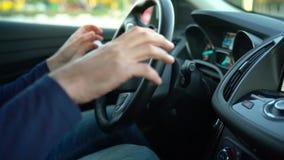 Equipe a condução no carro automatizado inovativo usando o piloto automático do auto-estacionamento para estacionar na rua vídeos de arquivo