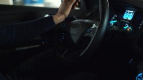 Equipe a condução no carro automatizado inovativo usando o piloto automático do auto-estacionamento para estacionar na rua video estoque