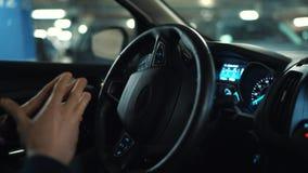 Equipe a condução no carro automatizado inovativo usando o piloto automático do auto-estacionamento para estacionar na rua filme