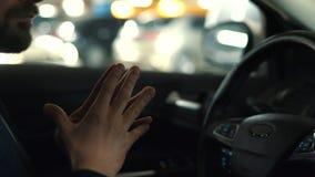 Equipe a condu??o no carro automatizado inovativo usando o piloto autom?tico do auto-estacionamento para estacionar na rua video estoque