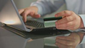 Equipe a conta pagando, comprando em linha, introduzindo o número de cartão de crédito video estoque