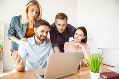 A equipe criativa bonito está trabalhando com computador Imagem de Stock Royalty Free