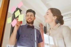 Equipe criativa com etiquetas no vidro no escritório Fotos de Stock
