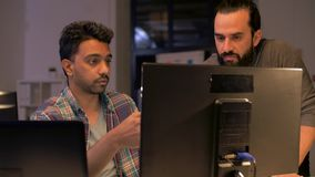 Equipe criativa com o computador que trabalha tarde no escritório filme