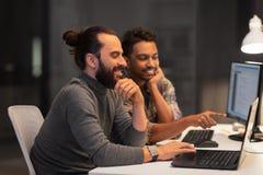 Equipe criativa com o computador que trabalha tarde no escrit?rio fotos de stock royalty free