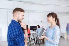 Equipe criativa com o PC da tabuleta no escritório Imagens de Stock Royalty Free