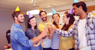 Equipe criativa do negócio que brinda vidros do champanhe