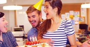 Equipe criativa do negócio que comemora seu aniversário dos colegas