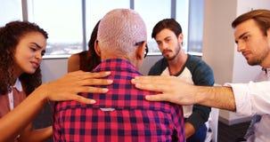 Equipe criativa do negócio que consola o colega virado