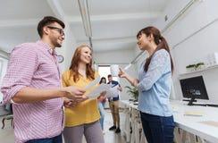 Equipe criativa na ruptura de café que fala no escritório Imagem de Stock Royalty Free