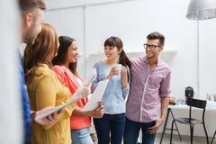Equipe criativa na ruptura de café que fala no escritório Fotografia de Stock Royalty Free