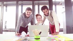 Equipe criativa nova que sorri e que olha a câmera filme
