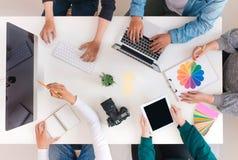 Equipe criativa nova que tem uma reuni?o no escrit?rio criativo - conceitos dos trabalhos de equipa foto de stock royalty free