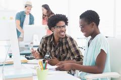 Equipe criativa nova que trabalha na mesa Fotografia de Stock Royalty Free