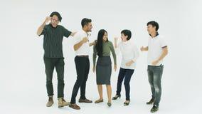 Equipe criativa ocasional do negócio que comemora seu sucesso dançando vídeos de arquivo