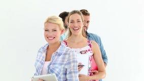 Equipe criativa que sorri na câmera video estoque