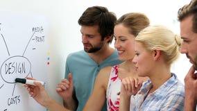 Equipe criativa que tem uma instrução vídeos de arquivo
