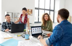 Equipe criativa que trabalha na interface de utilizador no escritório fotos de stock royalty free