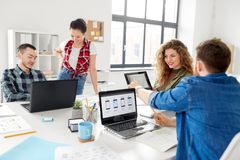 Equipe criativa que trabalha na interface de utilizador no escritório fotografia de stock royalty free