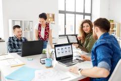 Equipe criativa que trabalha na interface de utilizador no escritório imagens de stock