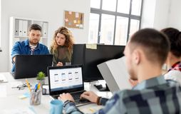Equipe criativa que trabalha na interface de utilizador no escritório fotos de stock